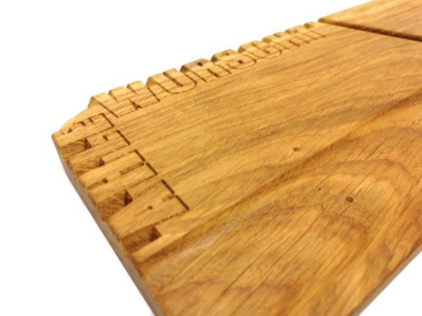 Gefräster Text auf dem Holzbrett