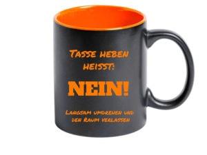 personalisierte Tasse Schwarz mit Schrift orange mit graviert